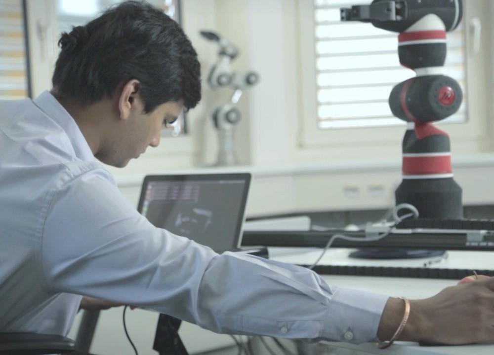 f&p robotics: human friendly robot ins szene gesetzt.